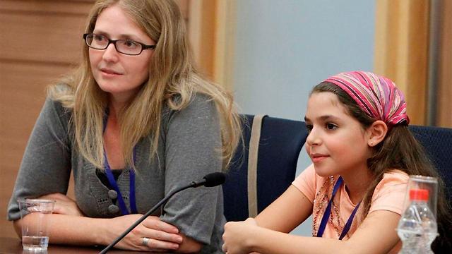 """אורלי מימון בן-עמי ובתה מאי, בת ה-10.5. """"היא עוד ילדה, ואי אפשר לצפות שתיקח אחריות"""" (צילום: מרים אלסטר) (צילום: מרים אלסטר)"""