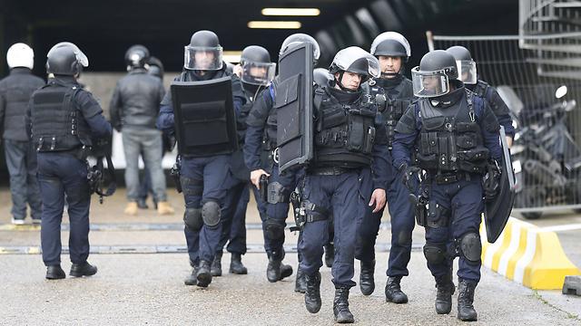 שוטרים בפריז. נדרשים לשאת נשק בכל עת (צילום: gettyimages) (צילום: gettyimages)