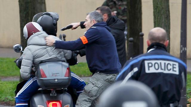 שוטרים משתלטים על חשודים שלא ברור אם הם קשורים לאירוע (צילום: רויטרס)