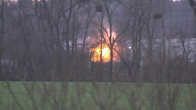 הפיצוץ כפי שנראה במפעל שבו התבצרו האחים (צילום: sky news)