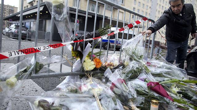 זרי פרחים לזכר קורבנות הפיגוע במרכול (צילום: AFP) (צילום: AFP)