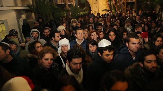 גם בתל אביב הפגינו רבים לאות הזדהות (צילום: מוטי קמחי) (צילום: מוטי קמחי)
