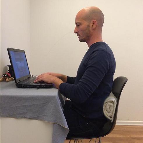 כך צריך: ישיבה נכונה מול מחשב עם תמיכה של כרית או מגבת מגולגלת (צילום: סטודיו fly) (צילום: סטודיו fly)