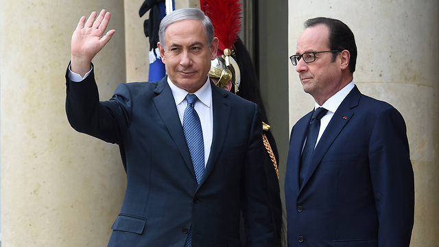 Prime Minister Benjamin Netanyahu greeting the crowd alongside French President Francois Hollande (Photo: AFP) (Photo: AFP)