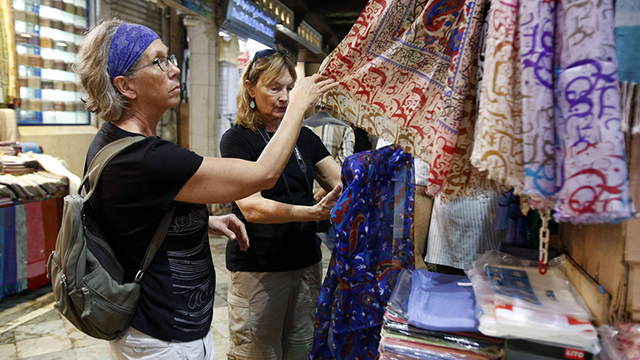 תיירות זרות בשוק במסקט, בירת עומאן (צילום: AFP)