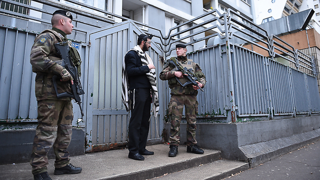 Soldiers guarding Chabad institutions the day after the terror attack at the kosher supermarket (Photo: Israel Bardugo) (Photo: Israel Bardugo)
