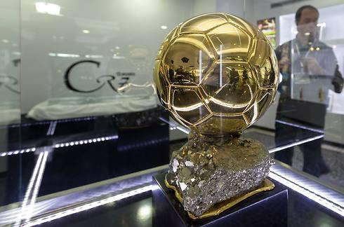 שוב סיים את הטקס בידיים של רונאלדו. כדור הזהב (צילום: AFP) (צילום: AFP)