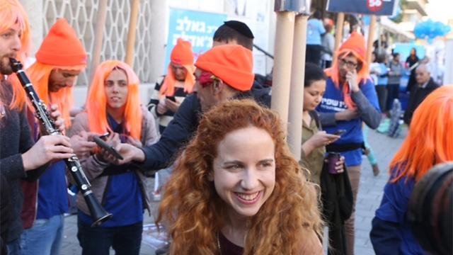 שפיר והפעילים בבית סוקולוב בתל אביב (צילום: מוטי קמחי) (צילום: מוטי קמחי)
