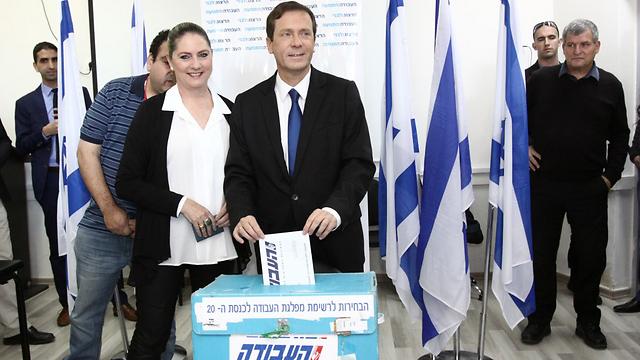Herzog voting at the primaries (Photo: Avi Mualem)