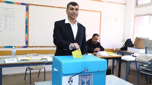 הבחירות נפסלו. יוסי בכר מצביע בינואר 2015 (צילום: עופר עמרם) (צילום: עופר עמרם)