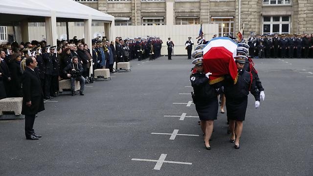 טקס בפריז לזכר שלושת השוטרים שנרצחו במתקפת הטרור (צילום: AFP) (צילום: AFP)