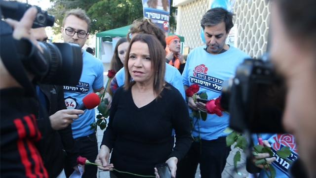 Shelly Yachimovich outside the polls (Photo: Motti Kimchi)