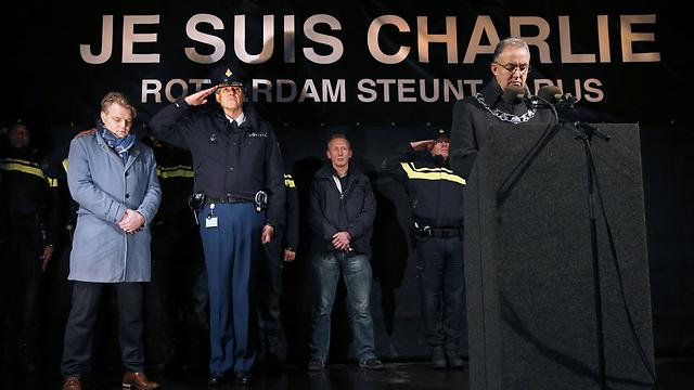 """ראש העיר רוטרדם, אחמד אבו טאלב, בדקת דומייה לזכר ההרוגים ב""""שארלי הבדו"""" (צילום: AFP) (צילום: AFP)"""
