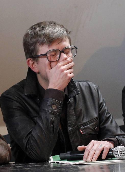 המאייר לוז מתייפח במסיבת העיתונאים שבה הוצג גיליון האבל (צילום: AP)