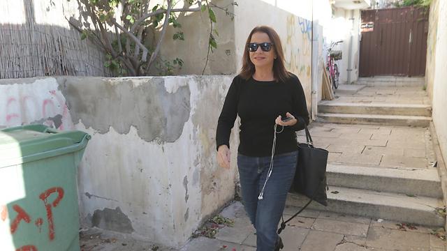 שלי יחימוביץ', הבוקר בצאתה מביתה בתל אביב  (צילום: ירון ברנר) (צילום: ירון ברנר)