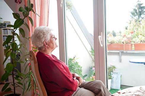 ברגע שהנחנו כף רגלנו בתוך הבית איננו עוד אנשי חינוך, אנשי צבא, רופאים או אנשי מקצוע בעלי ניסיון חיים עשיר, אלא נותרנו אך ורק דיירים קשישים, קליפה של עצמנו. צילום אילוסטרציה  (קרדיט: Shutterstock)