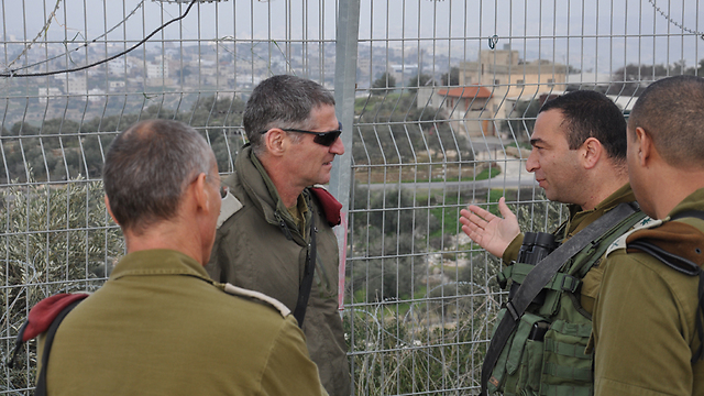 Maj. Gen. Yair Golan being briefed by officers in the field (Photo: IDF Spokesman's Unit)