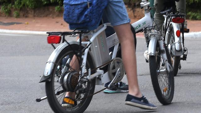נפגעתם מרוכב אופניים חשמליים? אם הרוכב אשם בתאונה - תוכלו להגיש נגדו תביעה לפי פקודת הנזיקין (צילום: שאול גולן) (צילום: שאול גולן)