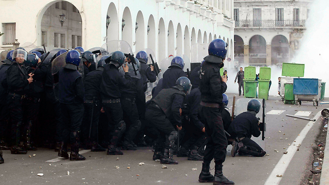 Algerian police face off with rioters (Photo: Reuters)