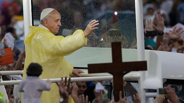"""""""בן זונה, אל תחזור לפה"""". האפיפיור בפיליפינים בשנה שעברה (צילום: AP) (צילום: AP)"""