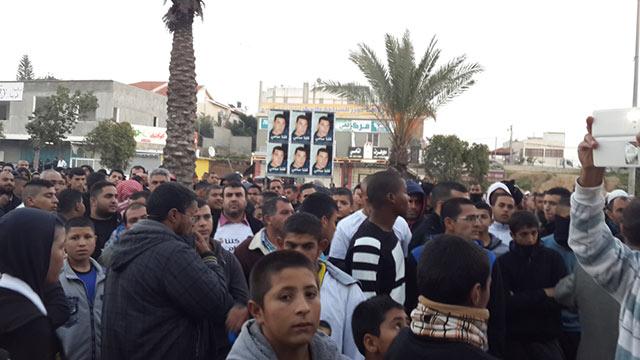 ההמון שהתאסף בהלוויה של אל-ג'עאר אתמול (צילום: רועי עידן)