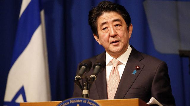 """ראש ממשלת יפן, שינזו אבה. קריסת מחירי הנפט ודעיכת ארגון אופ""""ק משנים את התמונה לבלי הכר (צילום: AFP) (צילום: AFP)"""