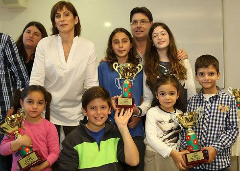 """סגן השר אקוניס, יו""""ר אלה נחמה רונן והתלמידים שקיבלו את הפרס (צילום: יוני רייף)"""