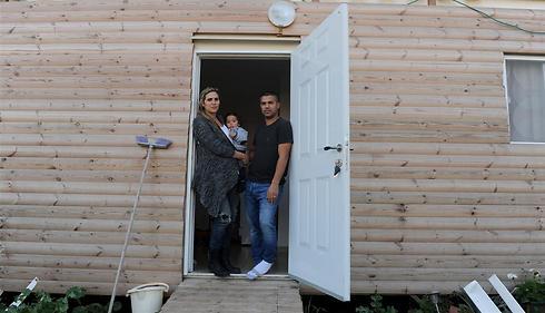 משפחת רושרי בביתם המורכב משתי מכולות (צילום: אבי רוקח)