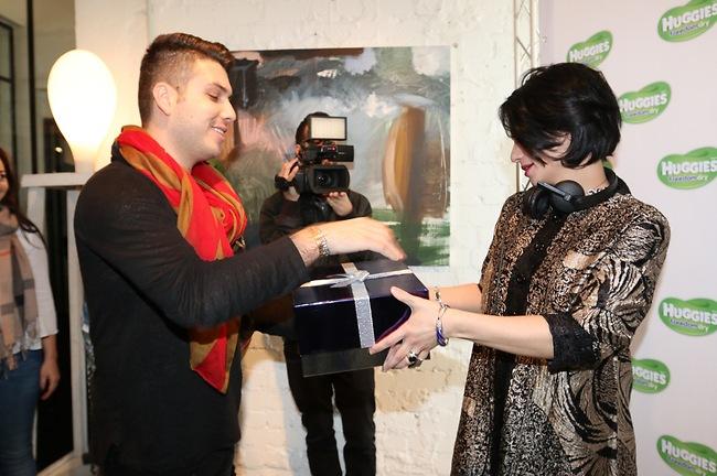 יוני פרוים נותן לנינט את המתנה מהמערכת (צילום: ענת מוסברג)