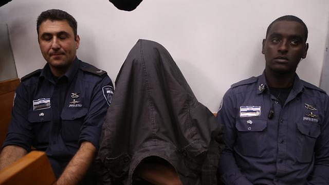 החשוד, הבוקר בהארכת המעצר (צילום: מוטי קמחי)