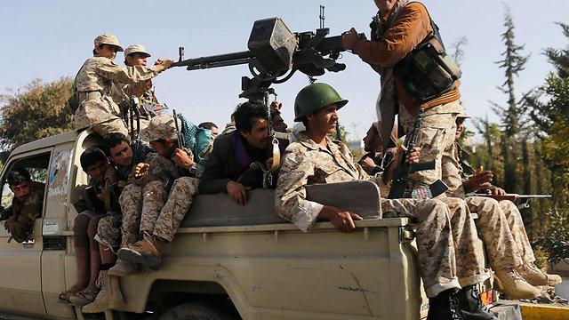 פרצו אתמול לארמון הנשיא וכעת הסכימו לסגת ממנו. המורדים השיעים (צילום: רויטרס) (צילום: רויטרס)