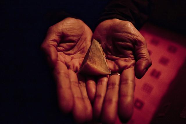 אחת מהן היא תושבת ויטנאם שביקשה להישאר בעילום שם. בכפות ידיה מונחת פיסת קרן של קרנף. לדבריה, היא רכשה אותה כדי לצרוך אותה מדי יום בתקווה כי זה יעזור לה להתגבר על גידולים סרטניים בגופה. במדינה היתה דרישה גבוהה לשימוש בקרן כדי להתגבר על תופעת הלוואי של שתיית יתר של אלכוהול. צילום: © Robert Patterson / WWF-Canon ()