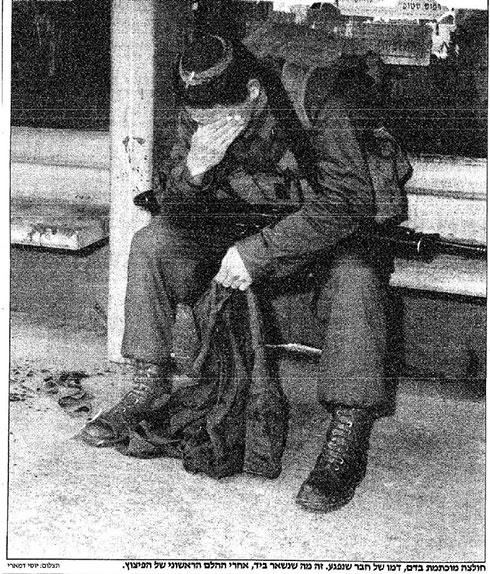 חייל מתקשה לעכל את האסון. 21 חיילים ואזרח נרצחו בפיגוע ()