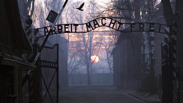 """""""צעדת המוות - הדבר הכי נורא שאפשר לתאר"""". השער למחנה אושוויץ בירקנאו (צילום: AFP) (צילום: AFP)"""