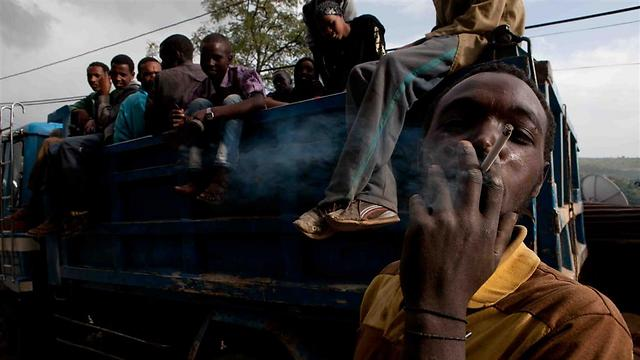 המשאיות באתיופיה מסיעות גם אנשים, בנוסף לסחורה (צילום: עמיחי ינקוביץ') (צילום: עמיחי ינקוביץ')