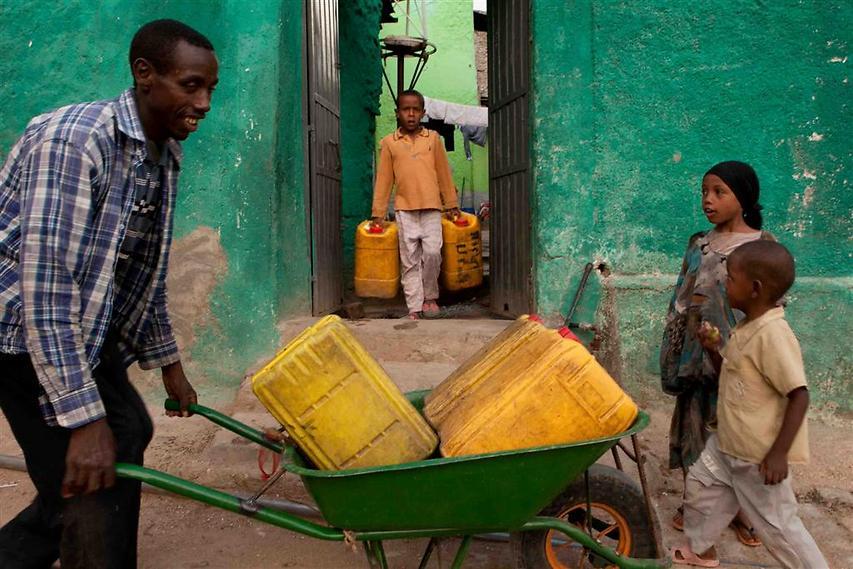 הג'ריקנים הצהובים הם הדרך הנפוצה ביותר להובלת מים של משקי הבית באתיופיה (צילום: עמיחי ינקוביץ')