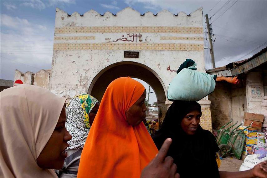 מחוץ לשער השאה (Shoa gate) בעיר העתיקה של הרר שבמזרח אתיופיה, נשים עורכות קניות בשוק. במשך מאות שנים היתה הרר מרכז מסחרי עיקרי, שחיבר את דרכי המסחר של אתיופיה עם יתר ערי קרן אפריקה וחצי האי הערבי (צילום: עמיחי ינקוביץ')