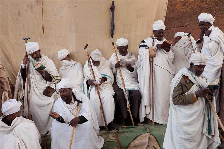 זקני העדה מתפללים, משוחחים, מתבוננים ותופסים תנומה בשעת התפילה  (צילום: עמיחי ינקוביץ')