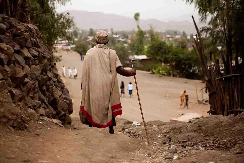 אחד מזקני הכפר משקיף על רחוב ראשי בלליבלה  (צילום: עמיחי ינקוביץ')