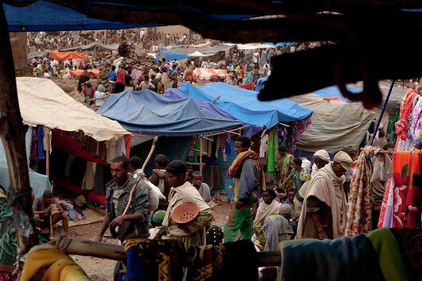 השוק המקומי בלליבלה מתעורר לחיים בכל שבת, אליו מתקבצים מרבית תושבי העיר והכפרים הסמוכים. בשוק ניתן למצוא הכל, החל מתבלינים בשלל צבעים וכלה בשוורים מיוחמים (צילום: עמיחי ינקוביץ')