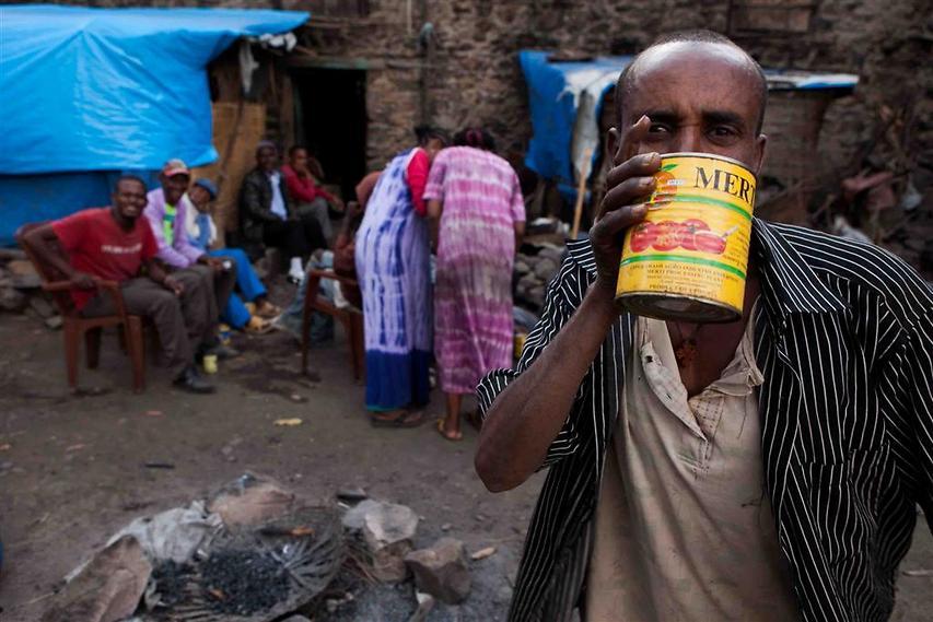 גבר שותה את הטילה המסורתי: משקה אלכוהולי המופק בבישול ביתי מתערובת דגנים, המזכיר בטעמו בירה חמצמצה (צילום: עמיחי ינקוביץ')