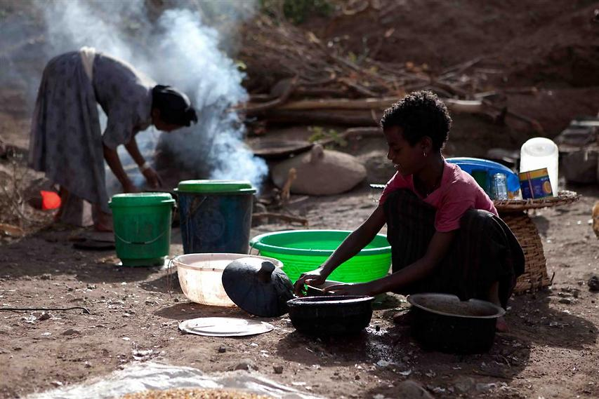 אם ובתה מכינות את ארוחת הבוקר המסורתית הכוללת את האינג'ירה, הלחם האתיופי  (צילום: עמיחי ינקוביץ')