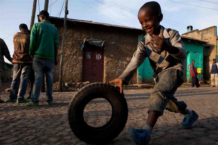 """ילד משחק ברחובות העיר גונדר, מרכז אזורי ועיר תיירותית שבמרכזה שוכן """"המתחם הקיסרי"""" ההיסטורי, המוכרז כאתר מורשת עולמית (צילום: עמיחי ינקוביץ')"""