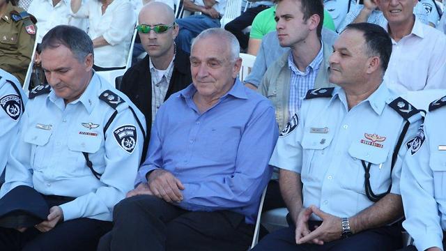 """רצה לפרוש, אך המפכ""""ל פיטר. מור (מימין) עם השר אהרונוביץ' והמפכ""""ל דנינו (צילום: מוטי קמחי) (צילום: מוטי קמחי)"""
