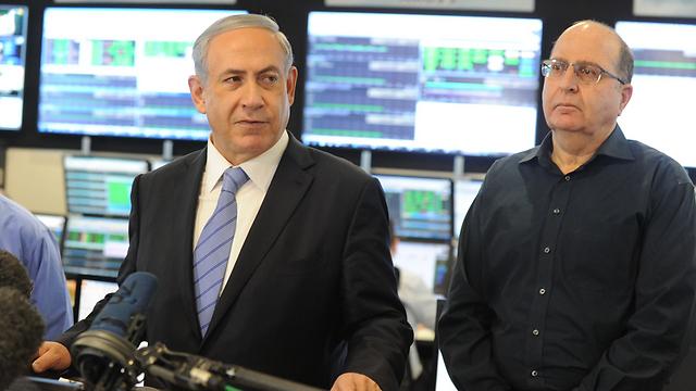 Prime Minister Netanyahu with Defense Minister Ya'alon (Photo: Avshalom Shushani)