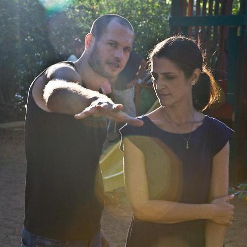 """נדב לפיד מתדרך את שרית לארי על הסט של """"הגננת"""" (צילום: אתיאל ציון) (צילום: אתיאל ציון)"""
