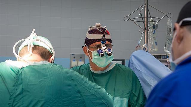פרופ' דן ערבות במהלך הניתוח (צילום: דוברות בלינסון) (צילום: דוברות בלינסון)