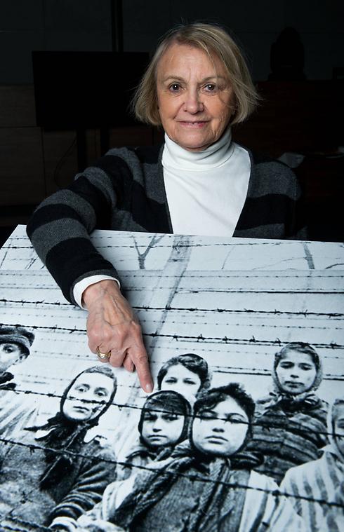 לייבוביץ' מצביעה על תמונתה כילדה במחנה ההשמדה (צילום: getty images) (צילום: getty images)
