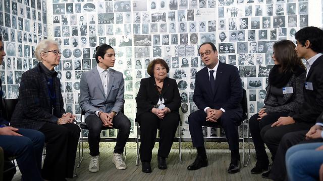גם בצרפת מציינים: הנשיא פרנסואה הולנד עם צעירים יהודים (צילום: AP) (צילום: AP)