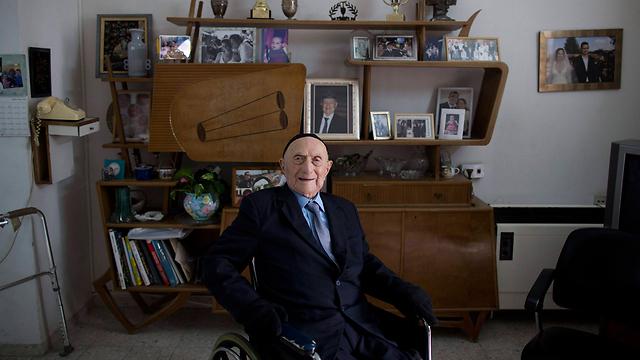 ישראל קרישטל בביתו בחיפה  (צילום: EPA) (צילום: EPA)